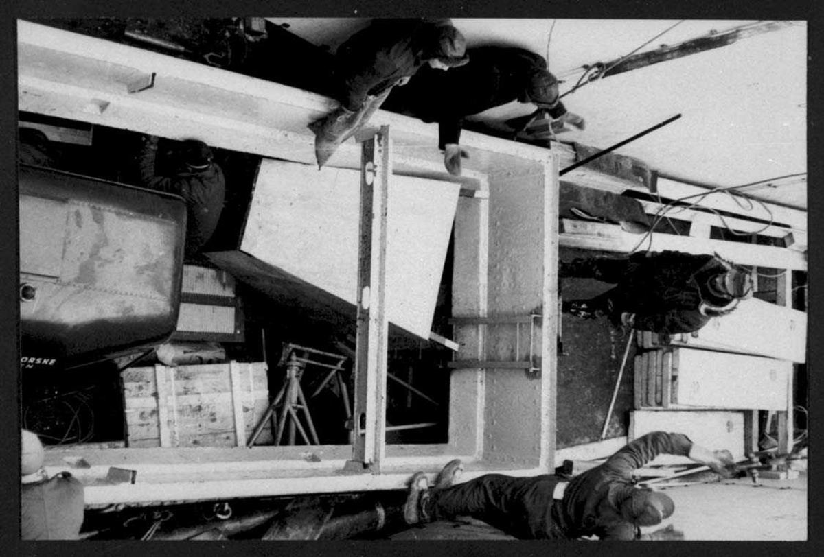 """Ombord i """"Polarbjørn"""". Flere personer i arbeid med klargjøring for lossing av utstyr."""