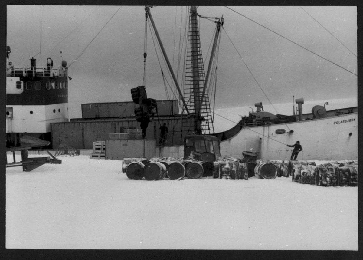 """""""Polarbjørn"""" ved iskanten. Lossing av utstyr ned på iskanten."""
