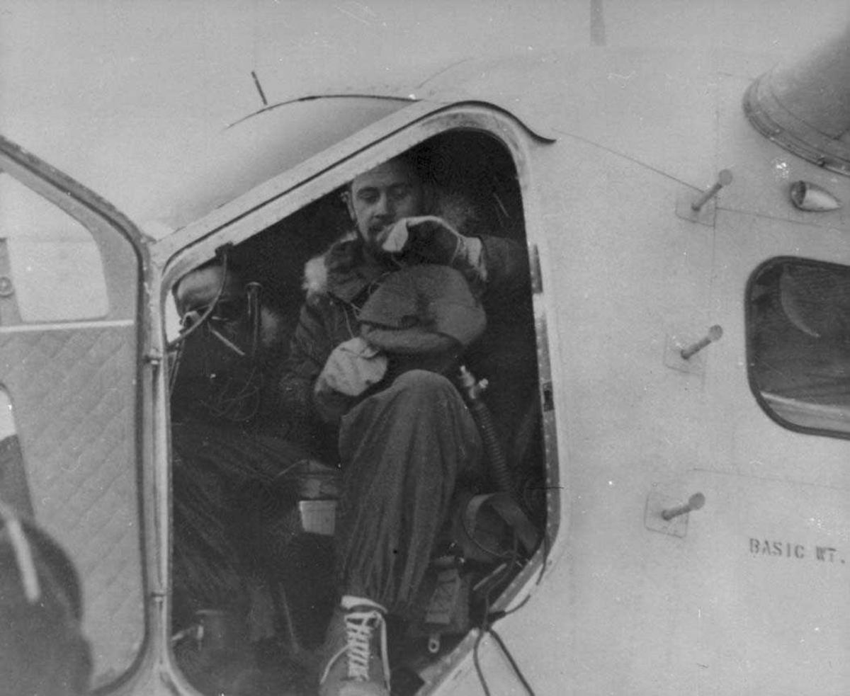 To personer i cockpiten på en Otter.