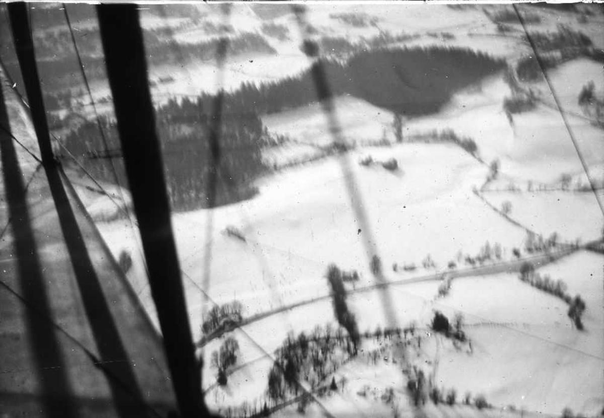 Luftfoto av landskap. Snø på bakken. Ukjent sted.