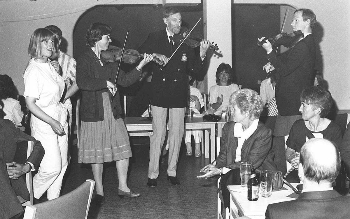En felespiller-trio spiller for personell og innbudne gjester ifm at 334 skvadron, Bodø hovedflystasjon, feirer sitt 40 års Jubileum.