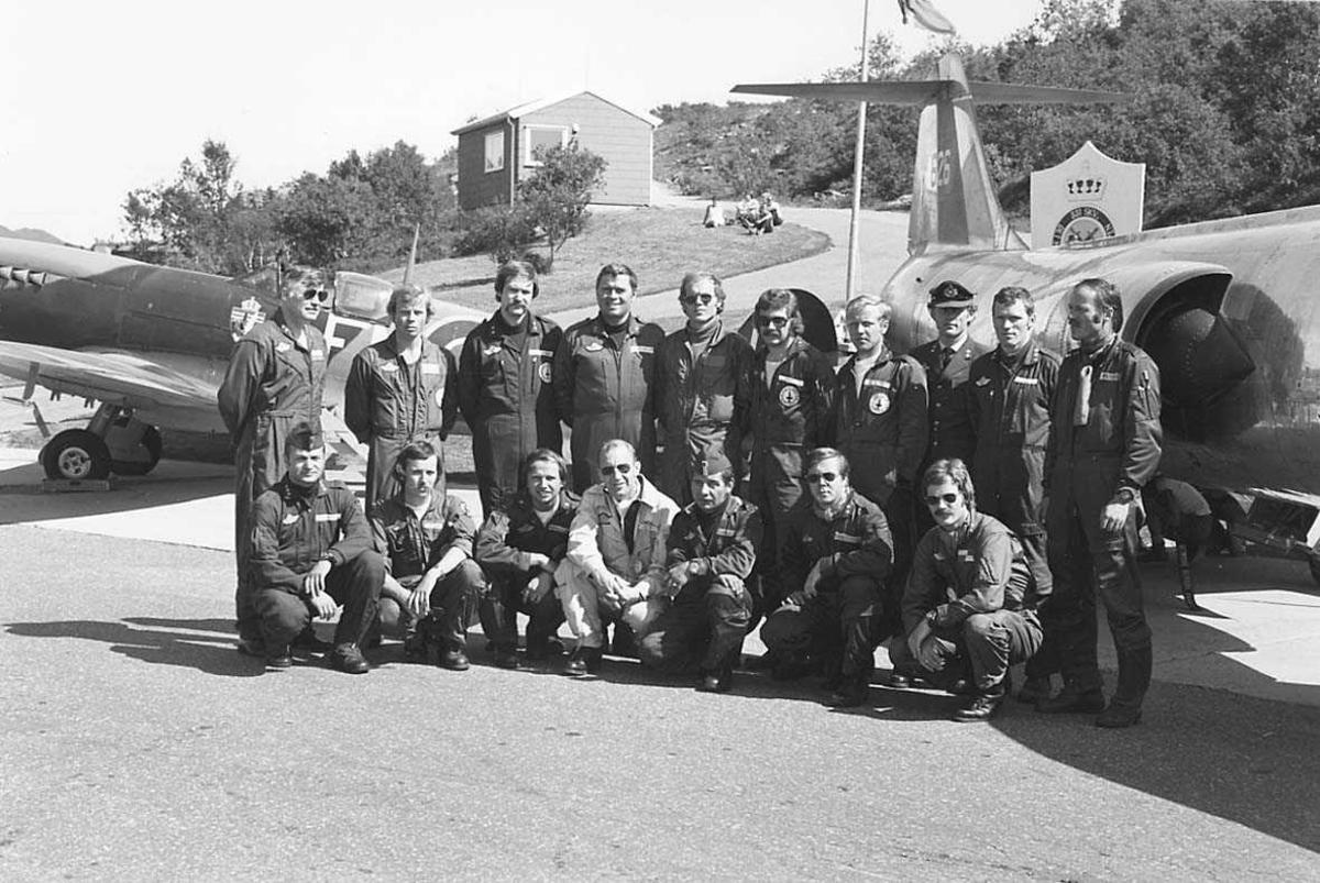 Gruppefoto av personer samlet foran 2 jagerfly.