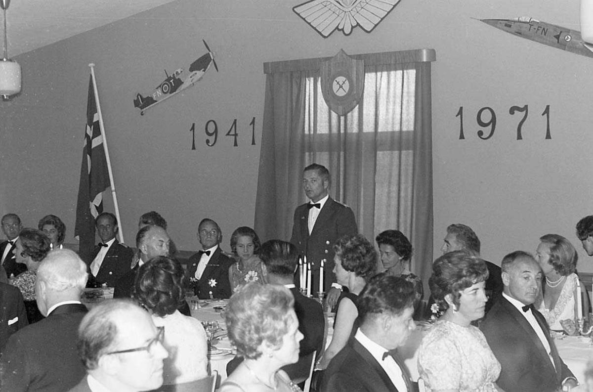 En person holder tale under en festmiddag.