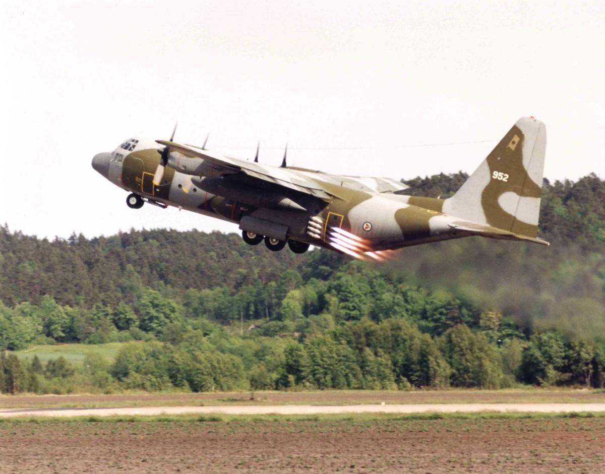 Ett fly tar av, C-130H  335 skv. 952.