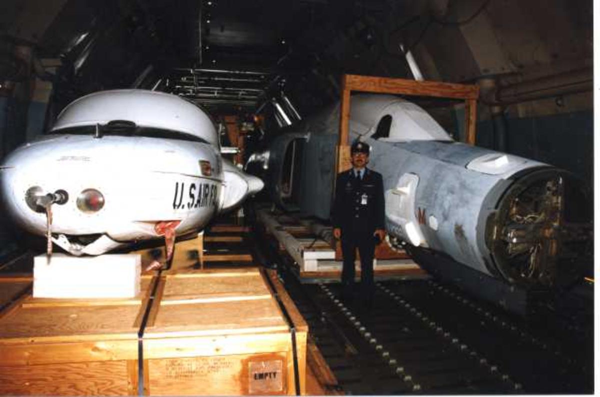 Lufthavn (flyplass) C-5 Galaxy. Fra lasterommet med to fly T-37 Tweety Bird og U-2