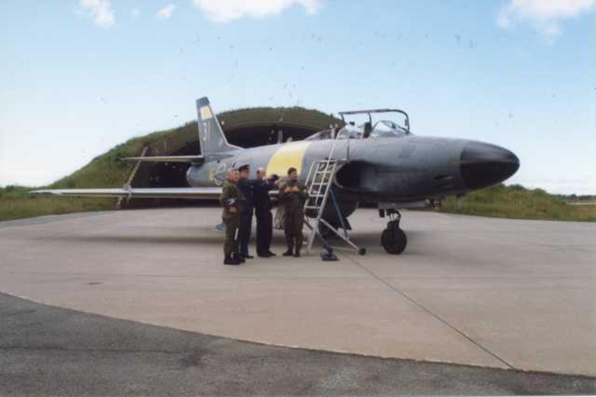 Lufthavn (flyplass). Ett fly på bakken, SAAB-32 Lansen, toseter