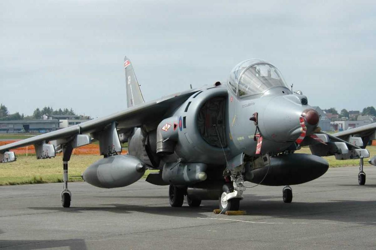 Lufthavn (flyplass). ett fly på bakken. Hawker Siddeley Harrier.