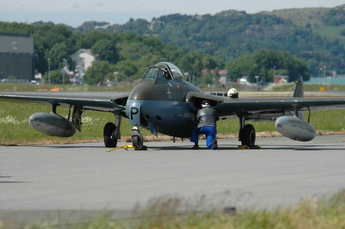 Lufthavn (flyplass). Ett fly på bakkenk, FFA Vampire FB6 (DH-100), LN-JET / ZK-P