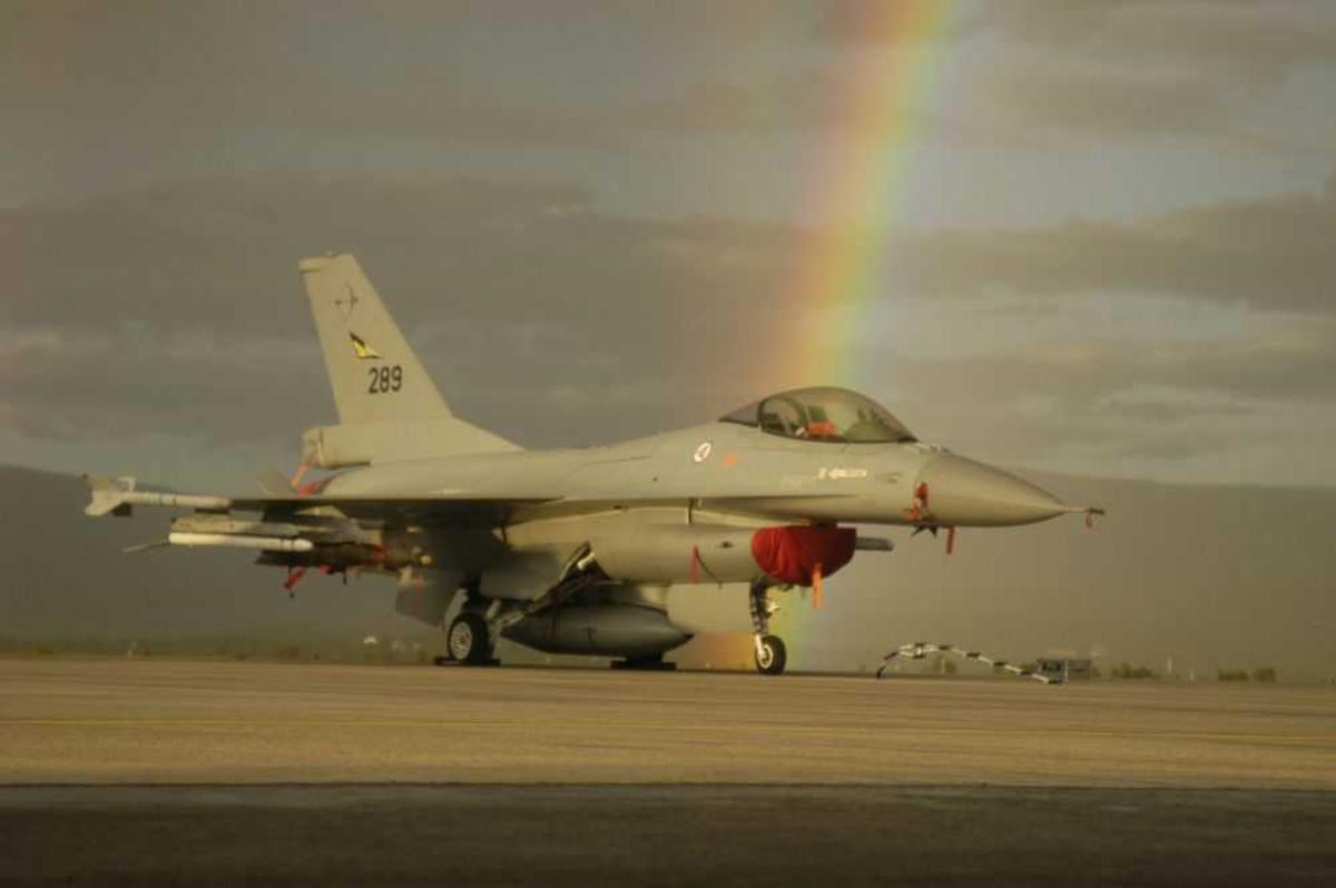 Lufthavn (flyplass). Ett fly på bakken, Lockheed Martin F-16A fra Norwegian Air Force