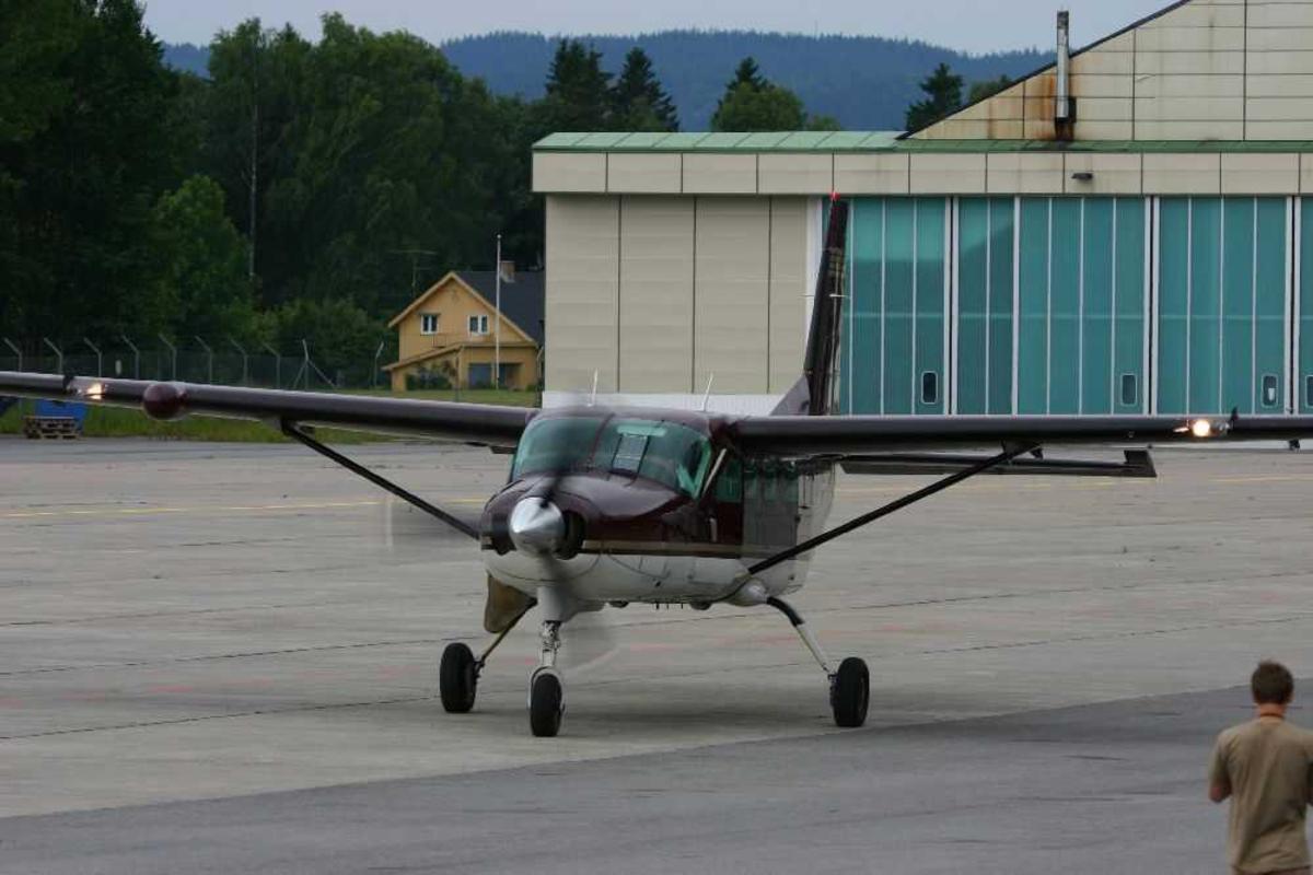 Lufthavn (flyplass). Ett fly på bakken. Cessna 208B Grand Caravan.