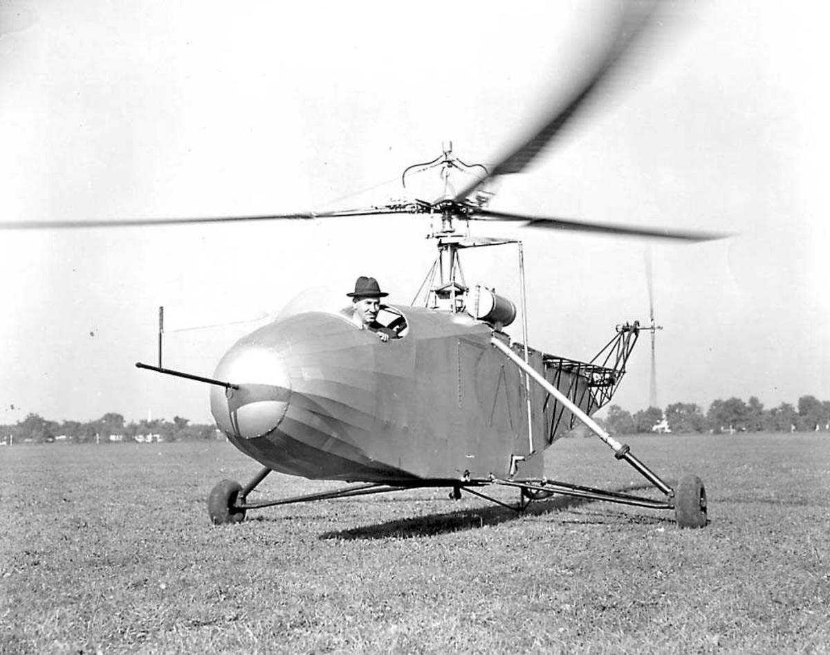 1 helikopter på bakken. Vought-Sikorsky VS-300. 1 person i cockpiten.