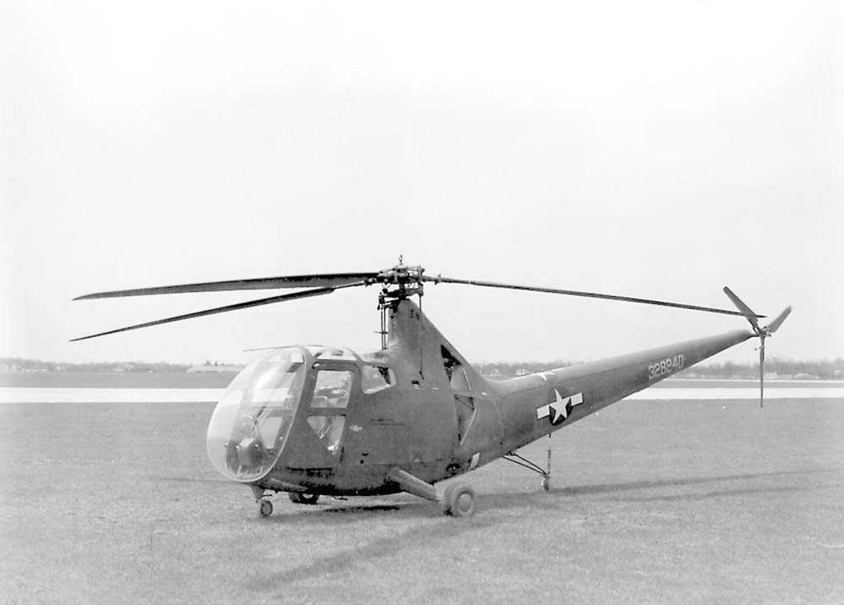 1 helikopter på bakken.  Sikorsky R-6A.