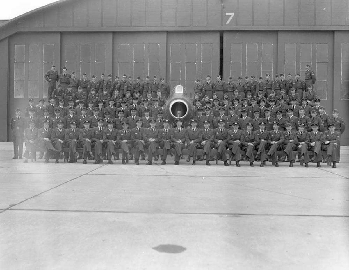 Gruppebilde av 334 skvadron, Bodø flystasjon. Flyet er en Republic F-84G Thunderjet.