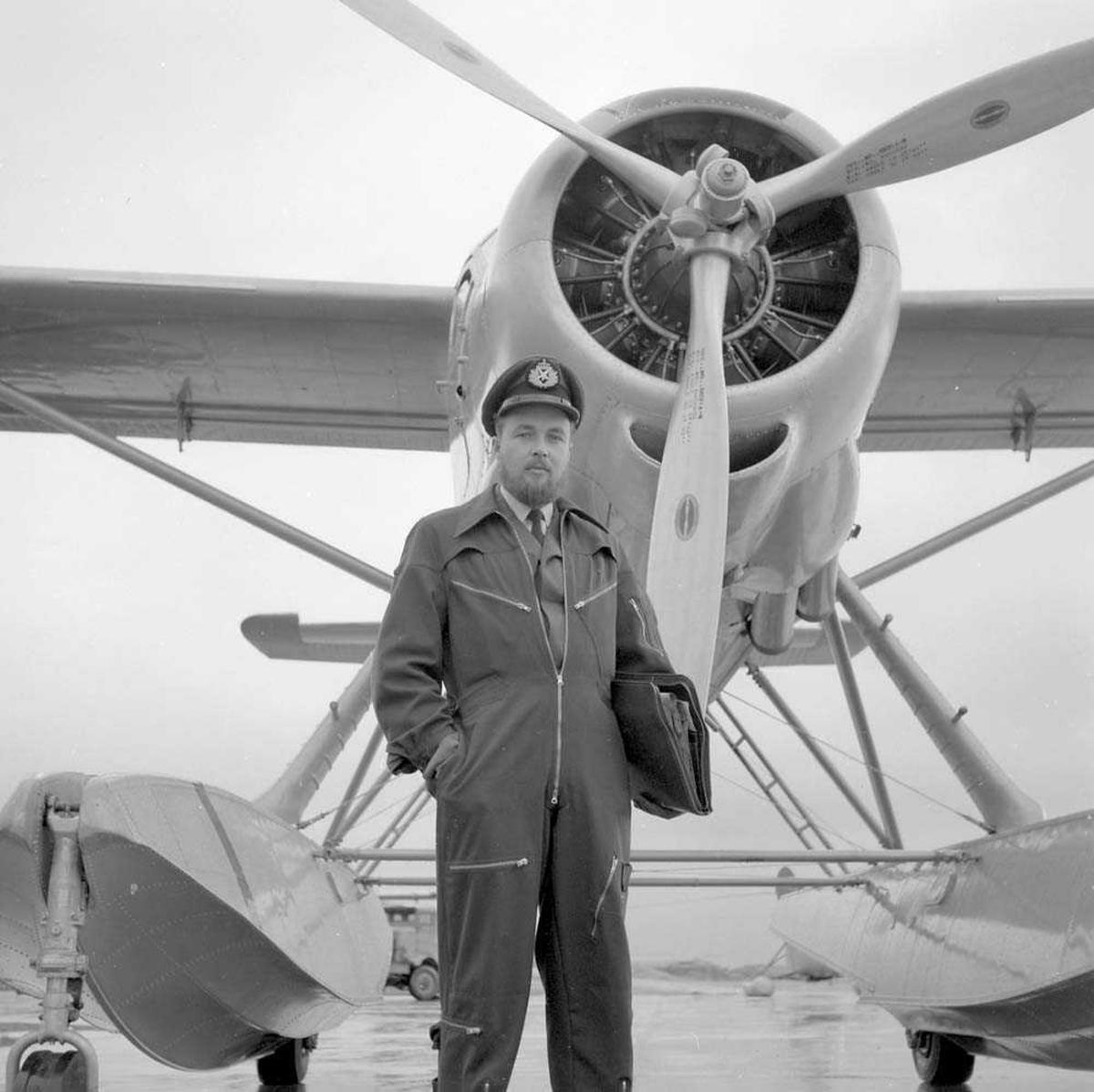 Kaptein Nilsen med helskjegg foran et sjøfly.