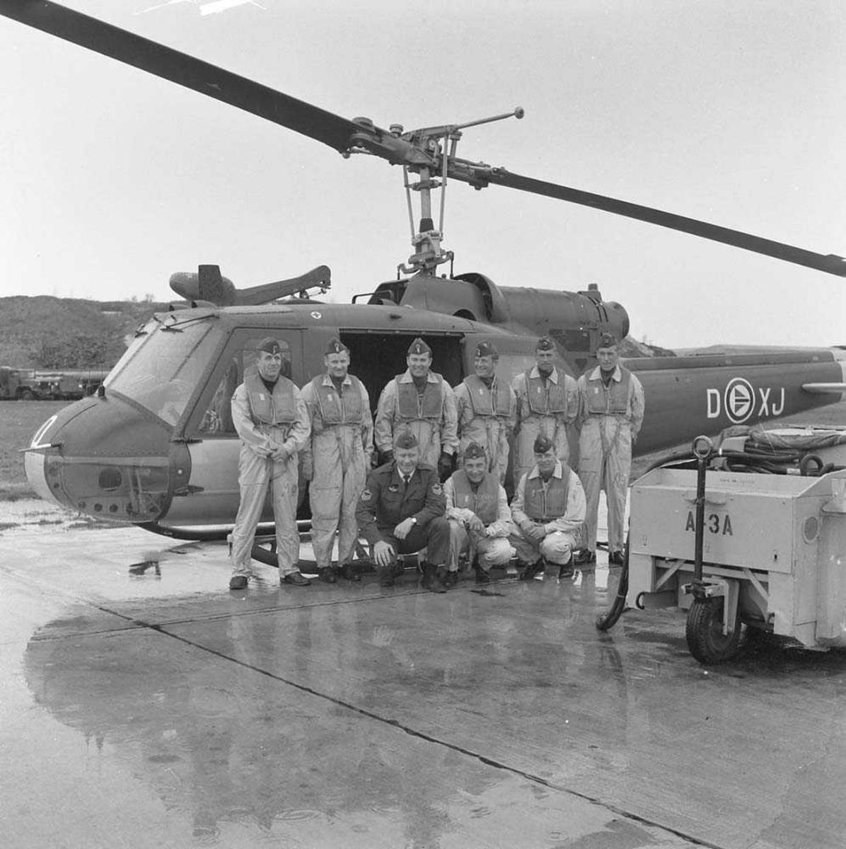 719 skvadron, Bodø flystasjon. Mannskap og helikopter, Bell 204, er fotografert før avreise til Holland. Helikopteret har kjennetegn XJ-D.