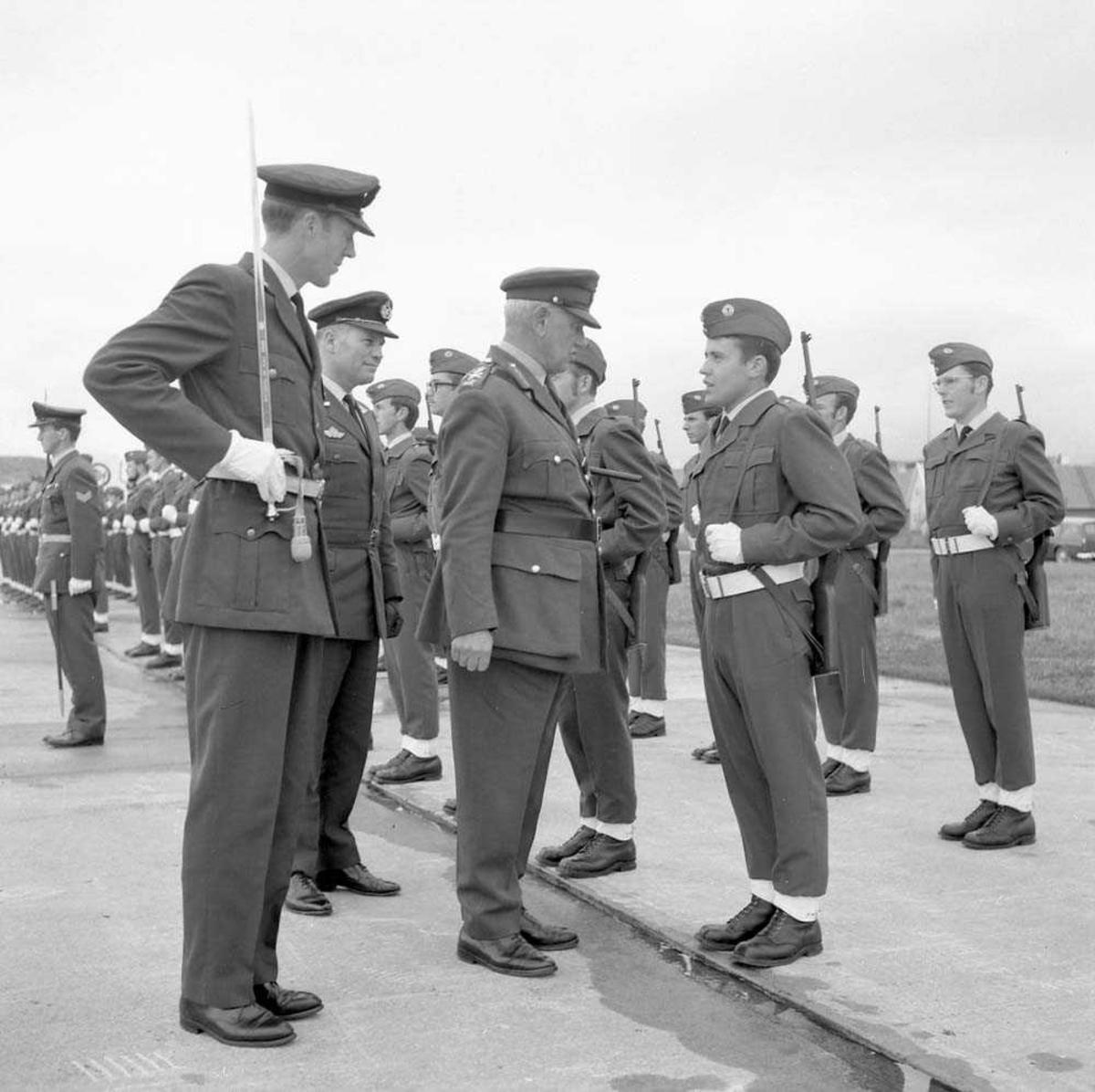 General Brey besøker Bodø flystasjon.