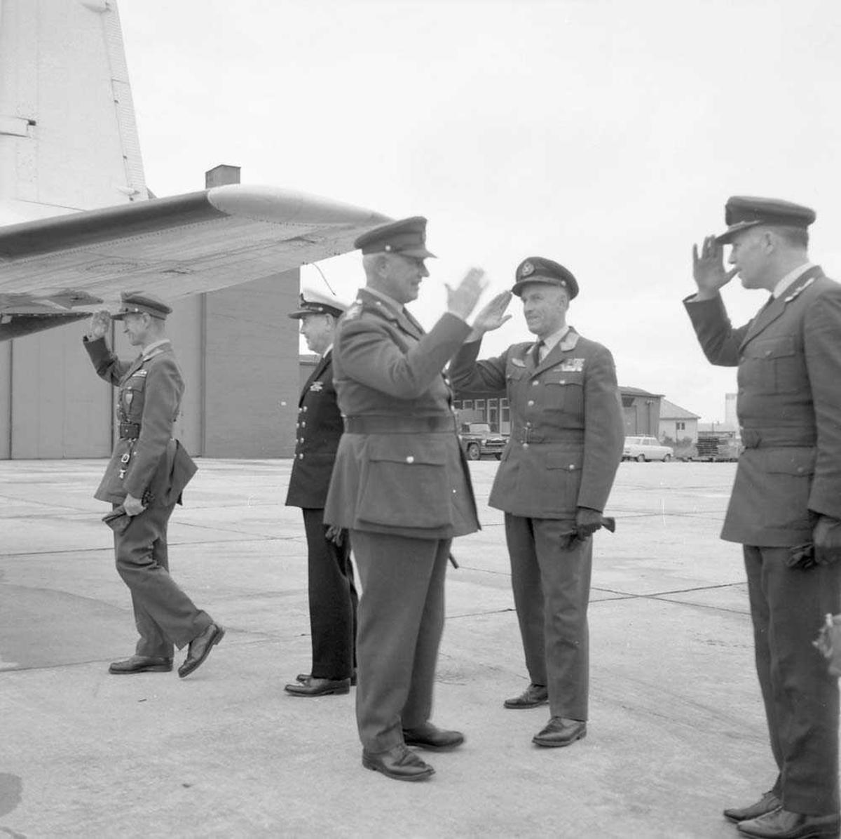 General Brey besøker Bodø flystasjon. Fra høyre i bildet sees Oblt. M.T. Sørensen, Gen. W. Christie, Gen. Brey, Adm. R. Tamber (usikker) og Gen. H.F. Zeiner-Gundersen.
