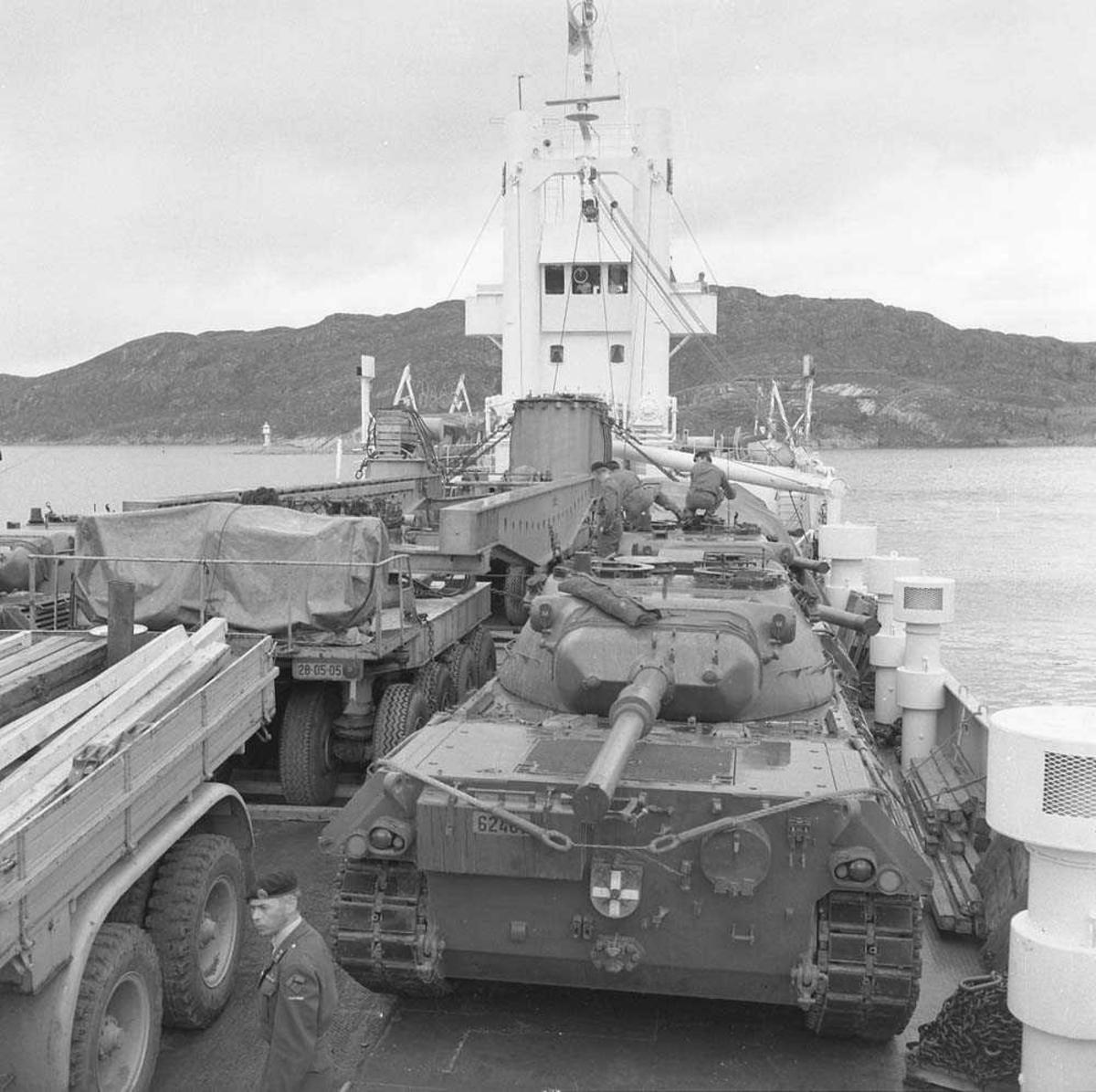 Her ankommer nye stridsvogner til Luftvernartilleriet (LVA) i Bodin leir, Bodø. Stridsvognene er av typen M-24 Shaffee