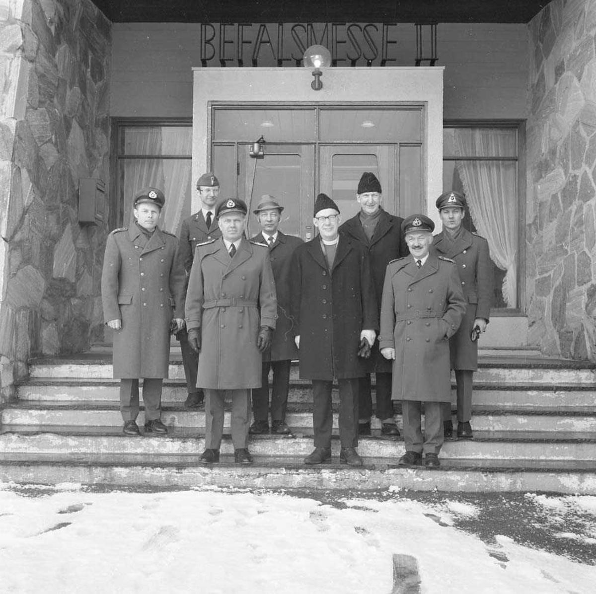 Biskop Weider besøker Bodø flystasjon. Han sees i første rekke som nr. 2 fra høyre. Nr. 3 fra høyre er Oberst H. Wergeland, Stasjonssjef, Bodø flystasjon. Bak, midt i mellom de ovennevnte personene, sees Rostrup. Bildet er fotografert utenfor Messe II på stasjonen.