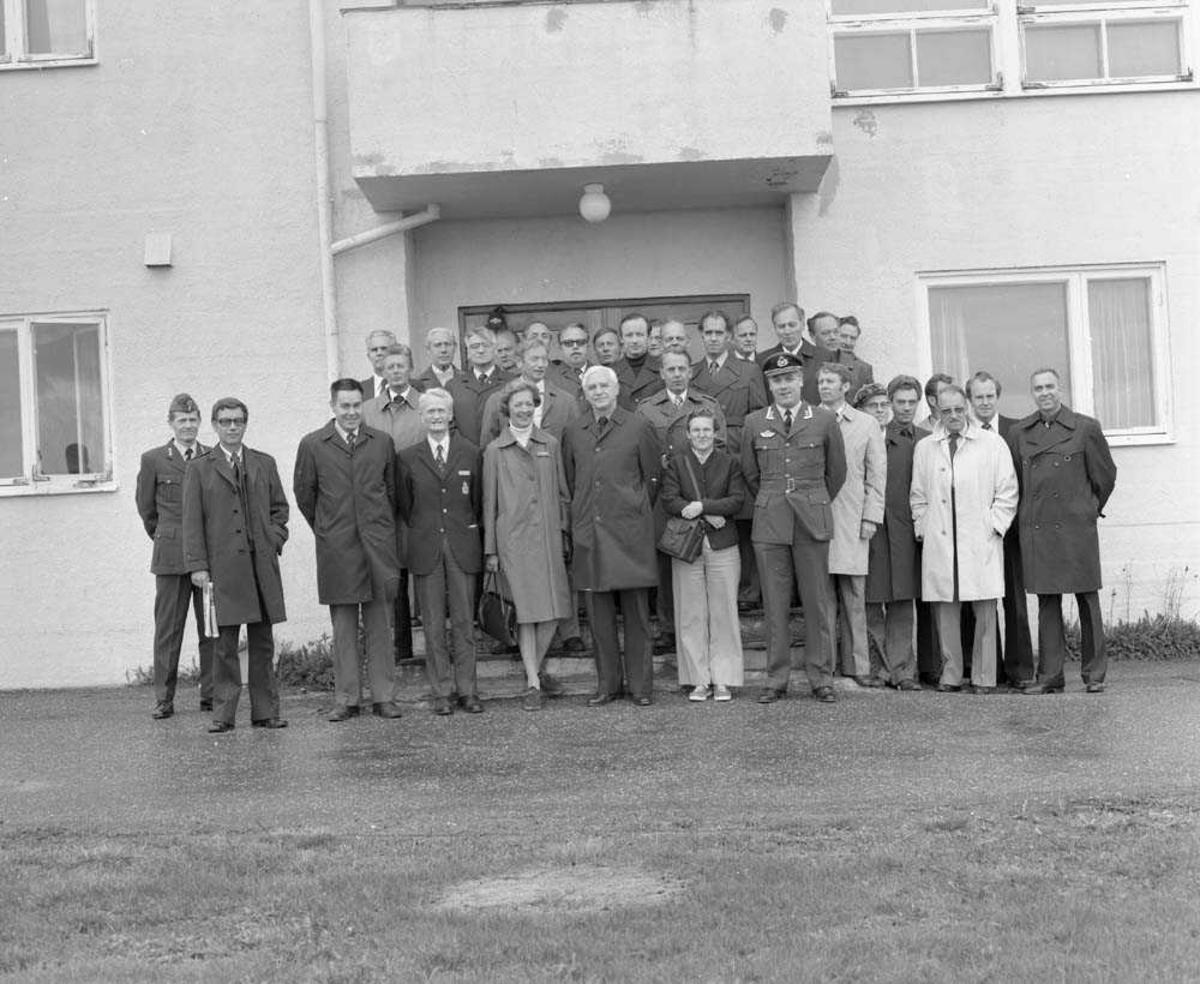 Forsvarets Høyskole besøker Bodø flystasjon. Her er de fotografert utenfor Operasjonsgruppebygget. Fremst, til høyre på bildet for damen med hvite bukser, sees Oblt E. Omdal.