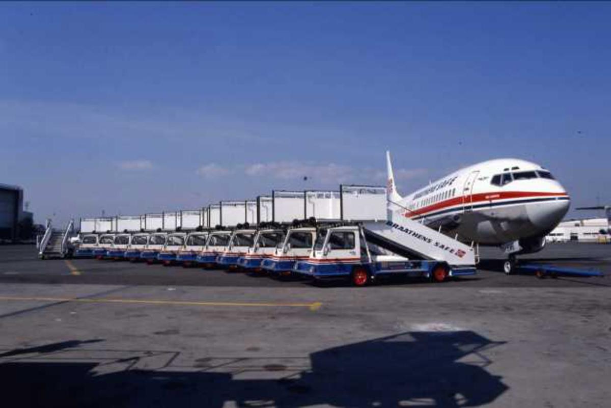 Ett fly på bakken. Boeing 737-405 LN-BRB.