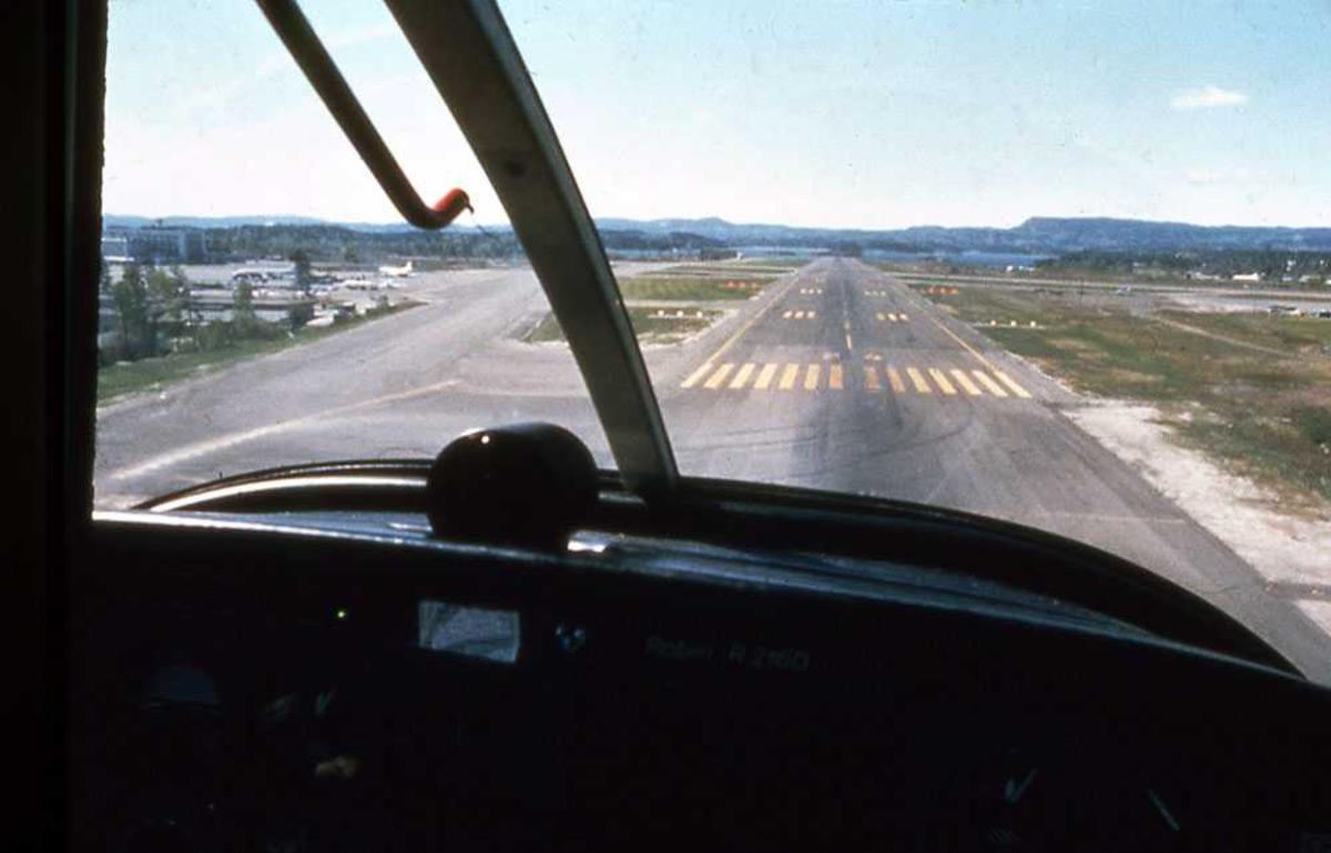 Ett fly i luften. LN-RAC, Robin R.2160. Innflygning, sett fra cockpit.