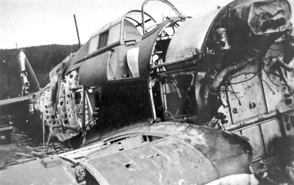 Ett havarert/ødelagt fly på bakken, Hawker Hurricane.