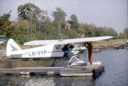 Sjøflyhavn. Ett fly som ligger til kai, Piper PA-18-150 Supe