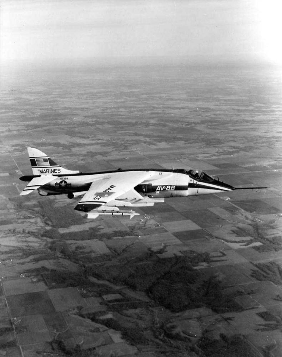 Luftfoto. Ett fly i luften, Harrier AV-8B.