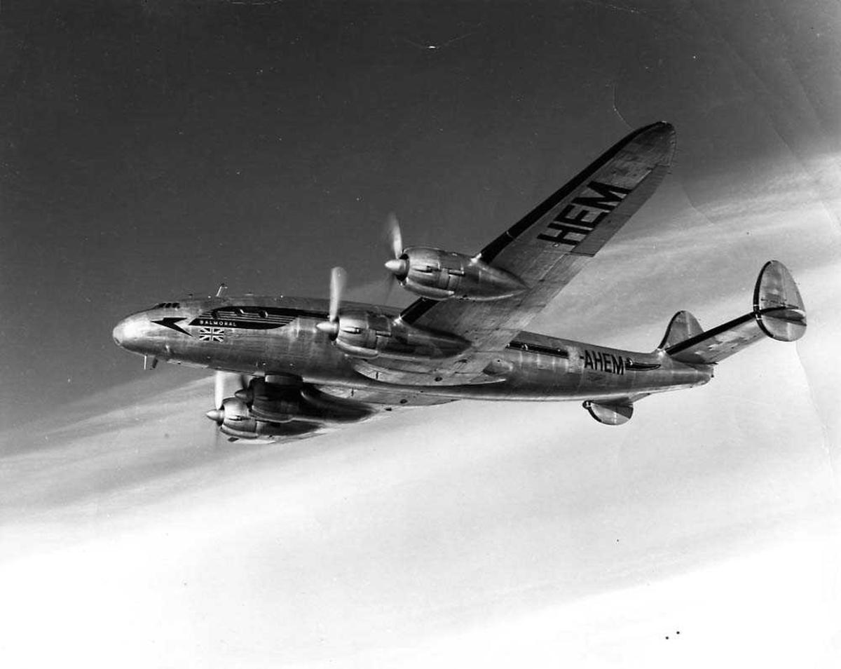 Luftfoto. Ett fly i luften, Lockheed Constellation fra BOAC.