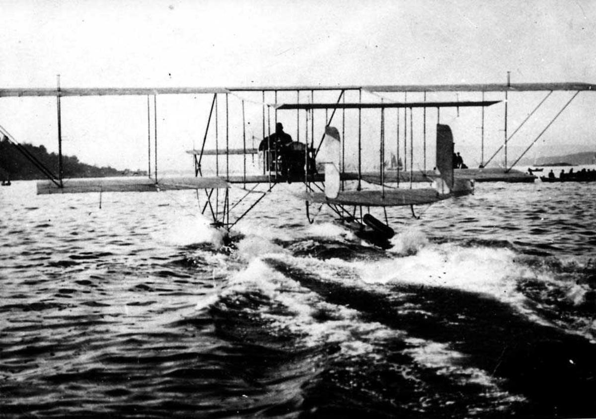 Ett fly i fart på vannet, Farman S.3 Longhorn.