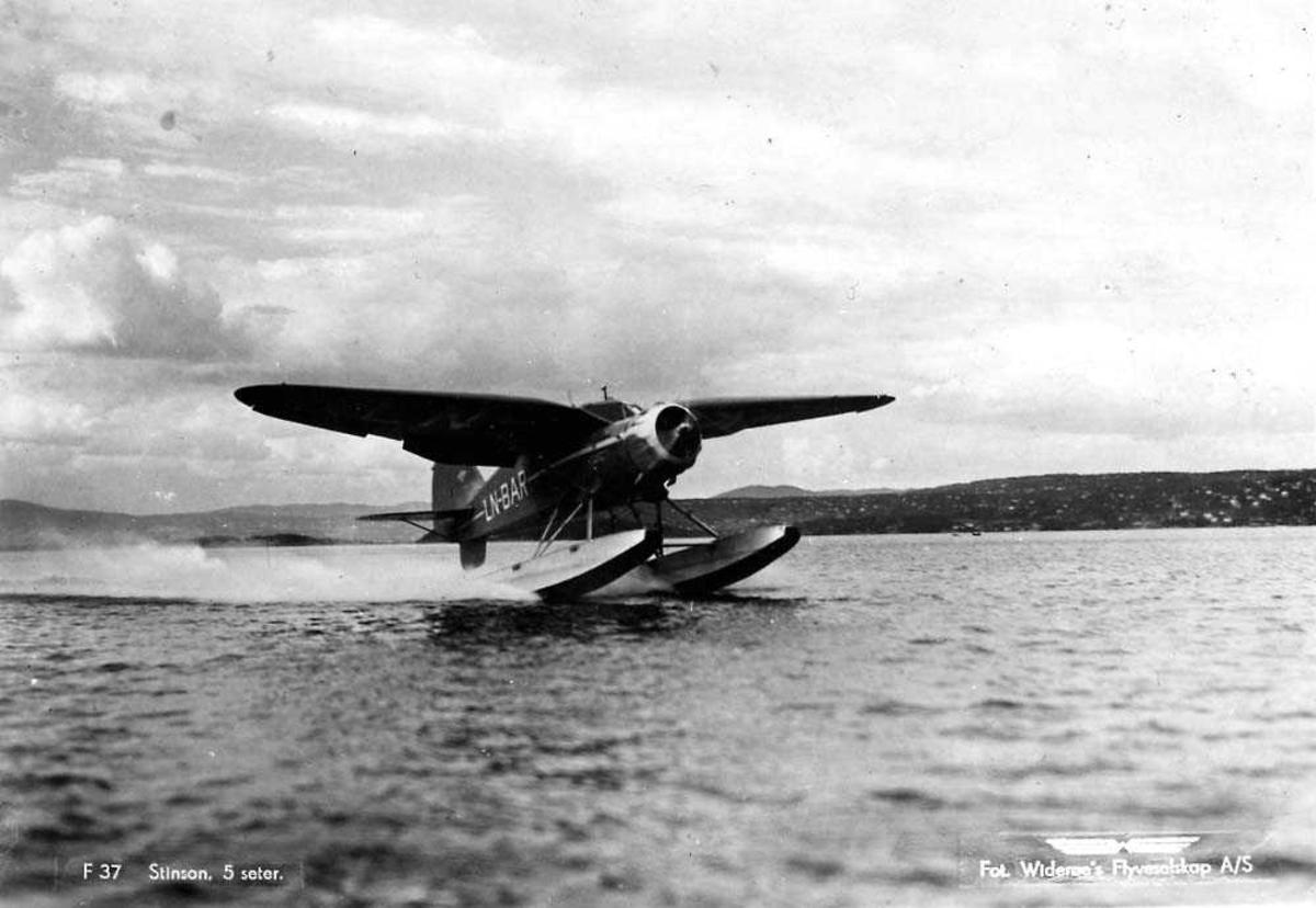 Postkort. Ett fly i fart på vannet, Stinson SR-8-EM / SR-9 Reliant LN-BAR fra Widerøes Flyveselskap.