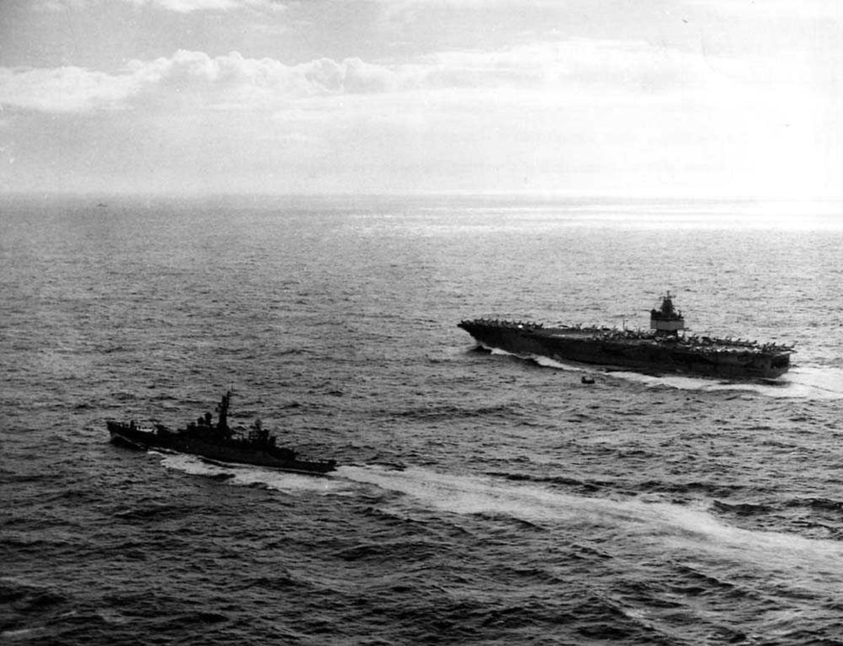 To skip i fart på vannet, hangarskipet USS Enterprise og fregatten USS Bainbridge.
