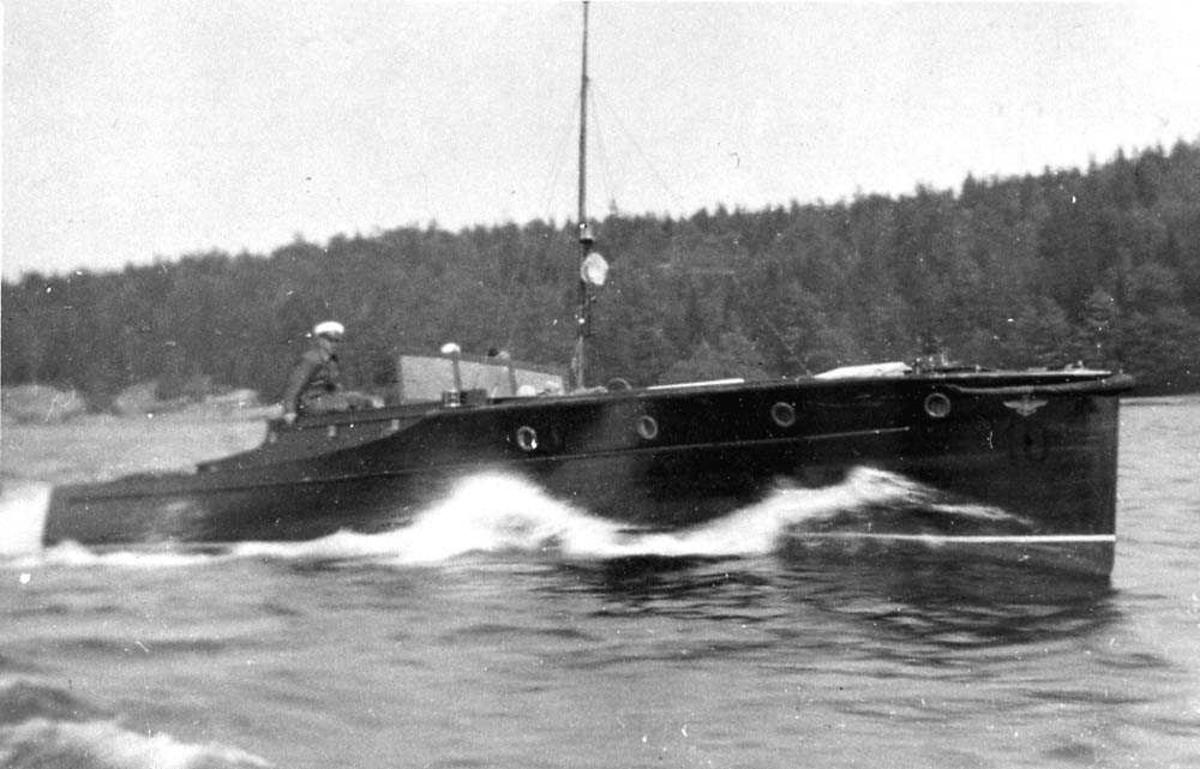 En båt i fart på vannet.
