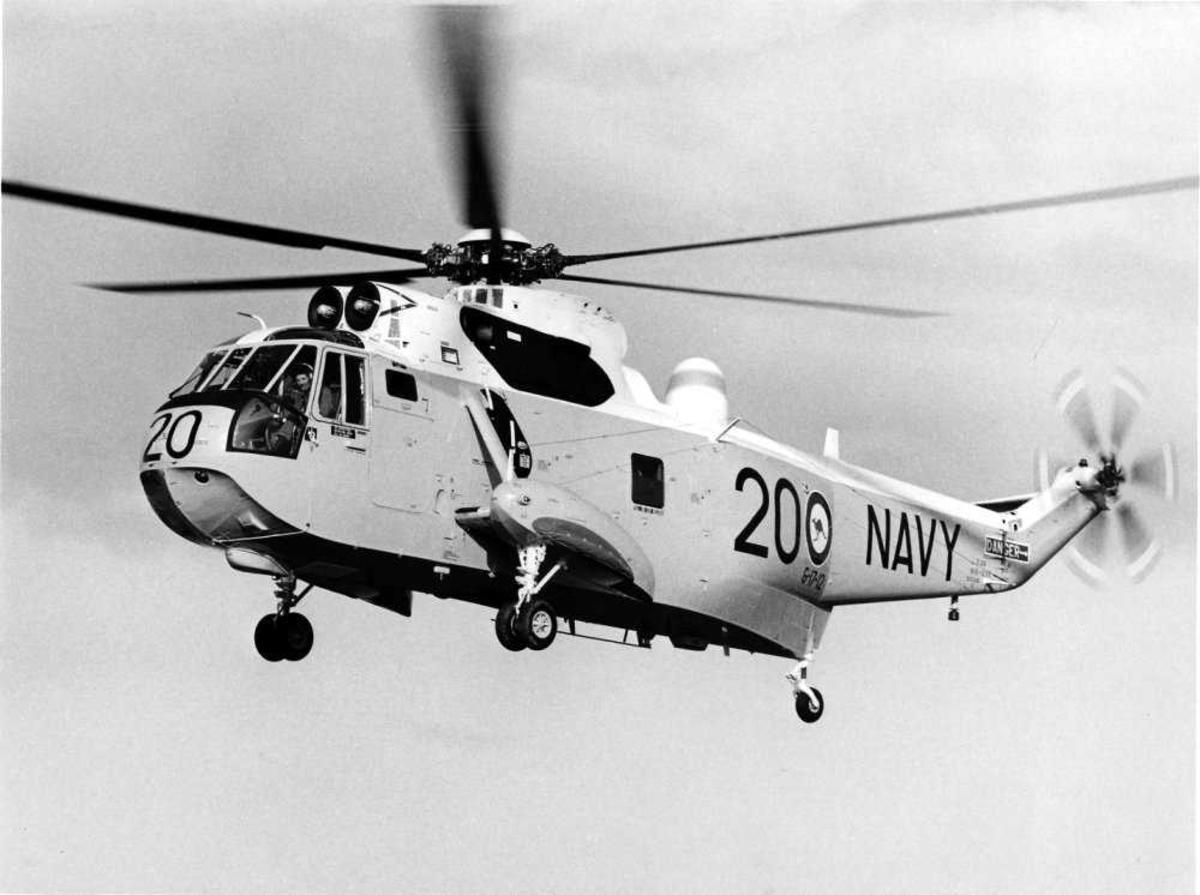 """Ett helikopter i luften. Westland Sea King Mk.50a. G-17-12; RAN N16-238 """"Shark 20"""""""