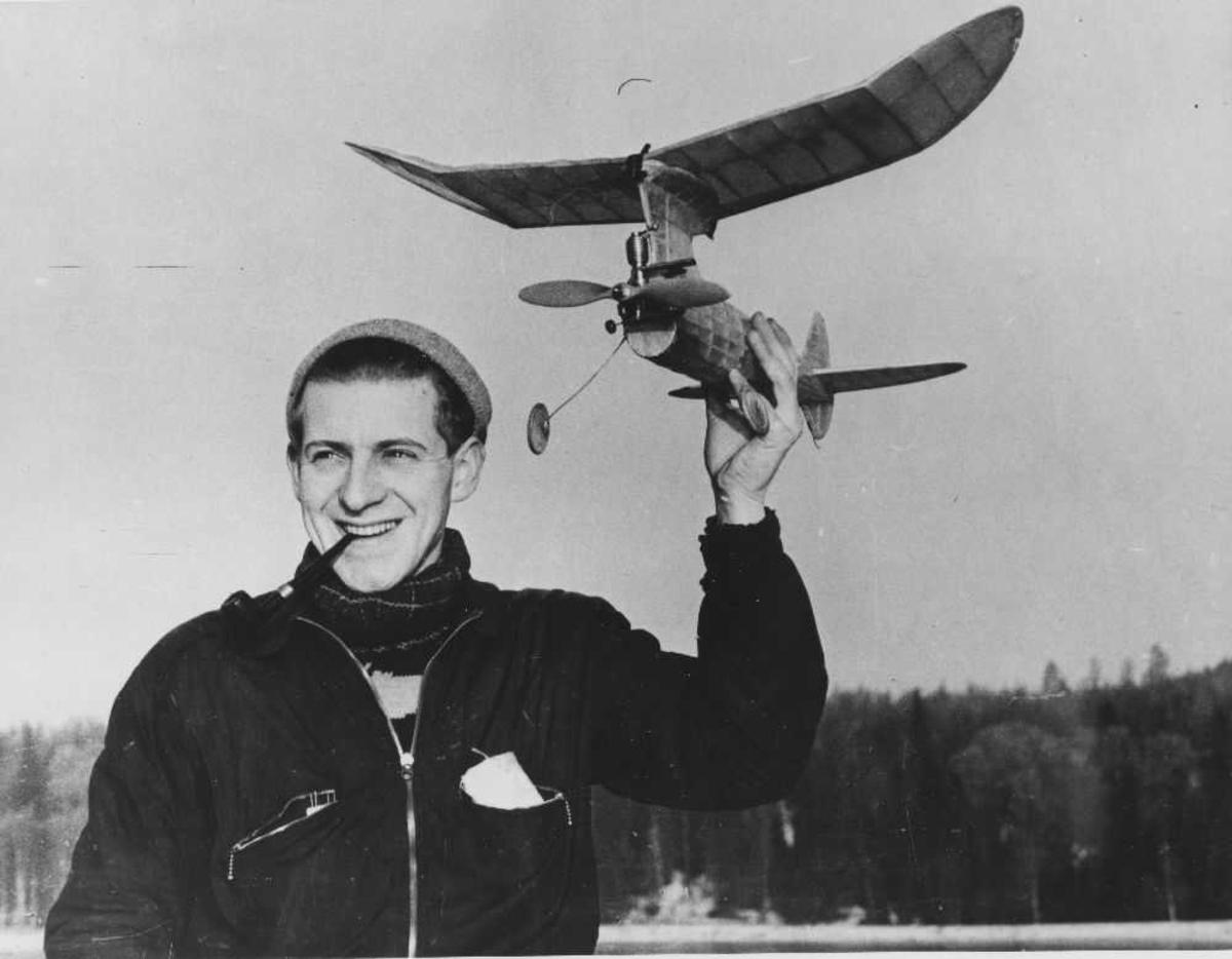 Mann med modellfly. Per Hoff.