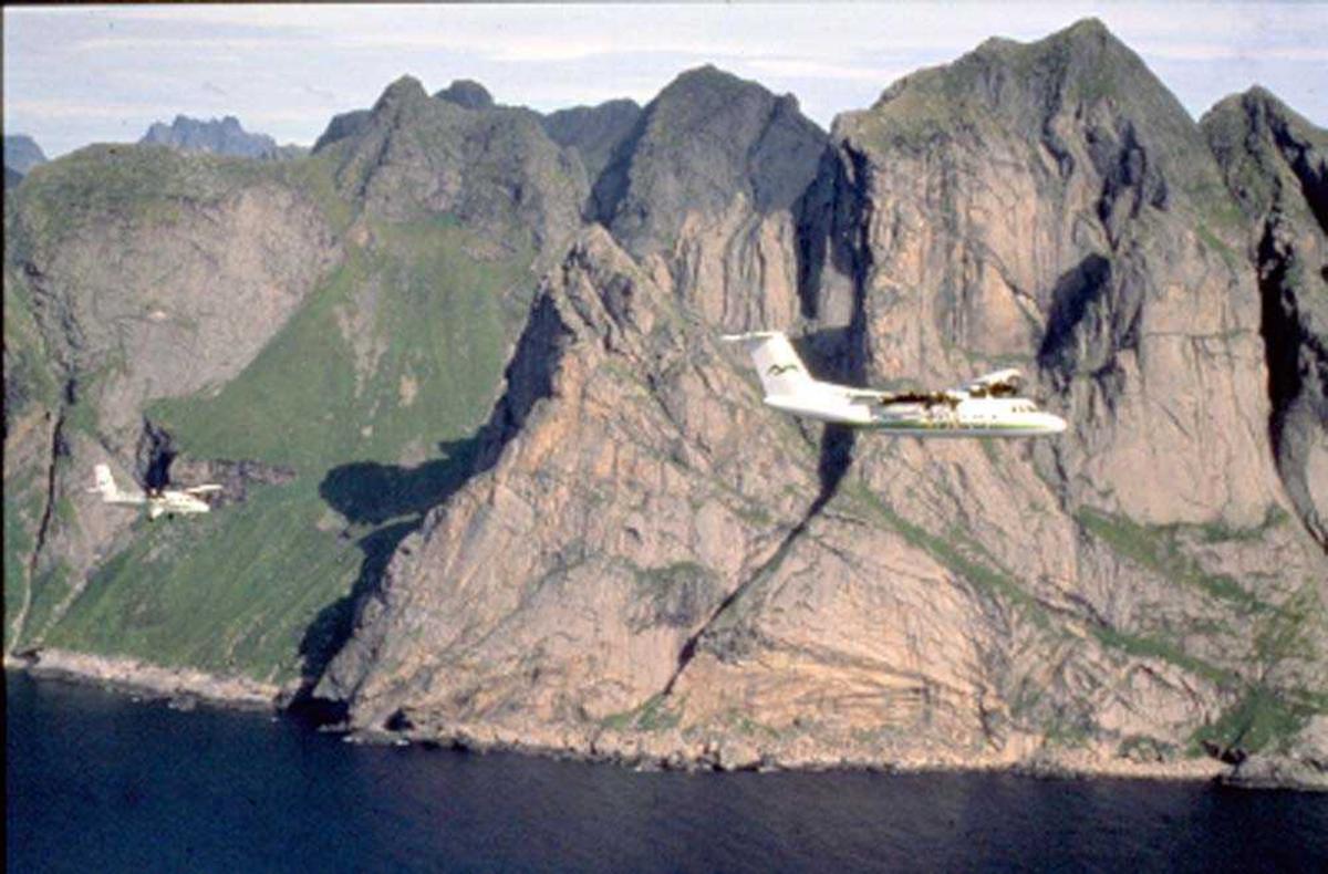 Luftfoto. Lofoten. To fly, LN-BNH, DHC-6-300 Twin Otter og LN-WFG, DHC-7-102 Dash 7 fra Widerøe.