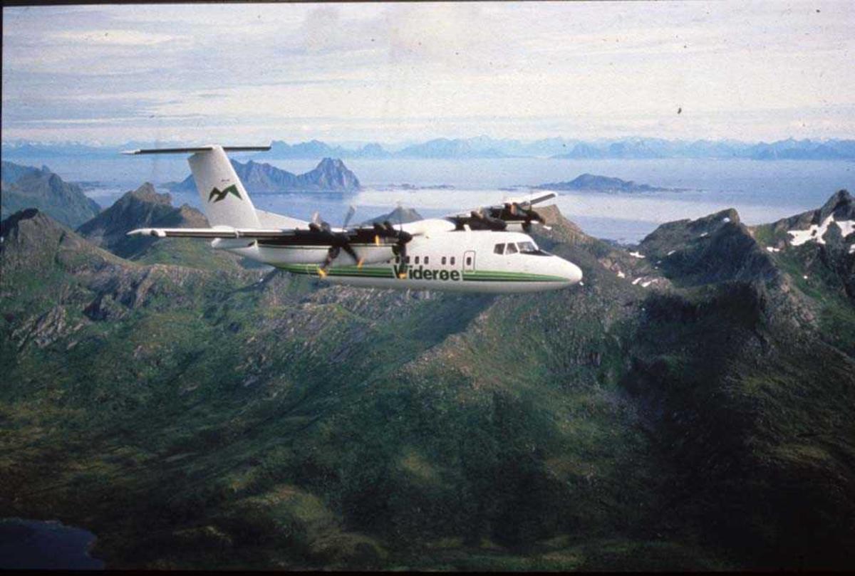 Luftfoto. Lofoten/Skrova. Ett fly, LN-WFG, DHC-7-102 Dash 7 fra Widerøe.