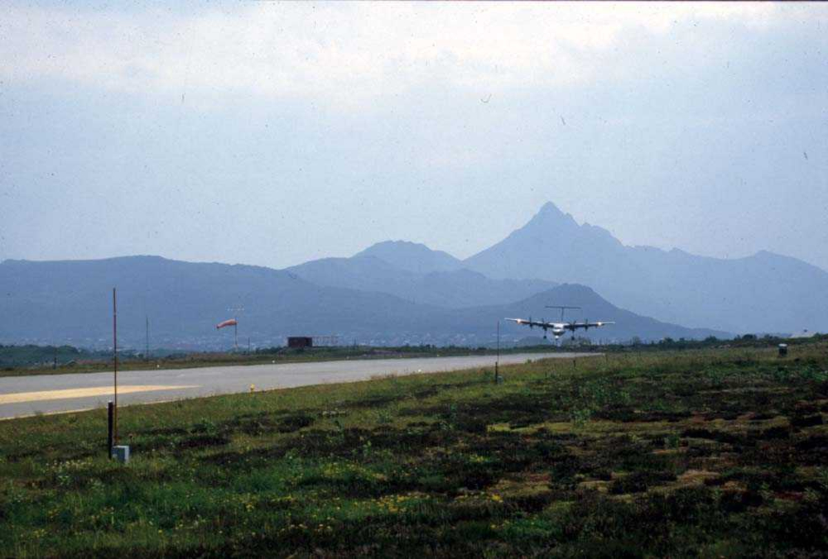 Lufthavn/flyplass. Leknes. Ett fly, De Havilland Canada DHC-7-102 Dash7 fra Widerøe, lander Runway 03..