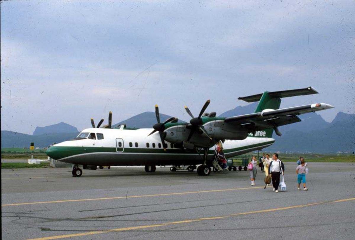 Lufthavn/Flyplass. Leknes. Ett fly, De Havilland Canada DHC-7-102 Dash7 fra Widerøe.