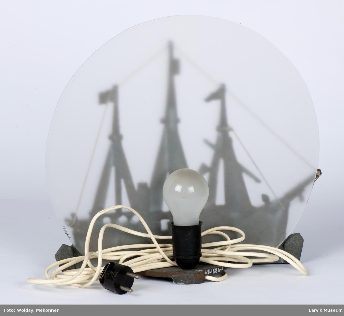 """Modell av """"Fram"""", montert som lampe"""