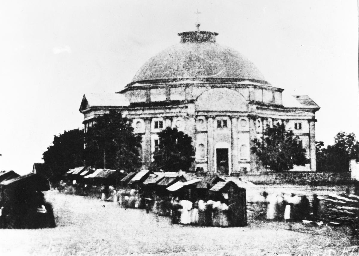 Tyska kyrkan med stortorgets salubodar omkring åren 1850-60 t.h. vedförsäljning.