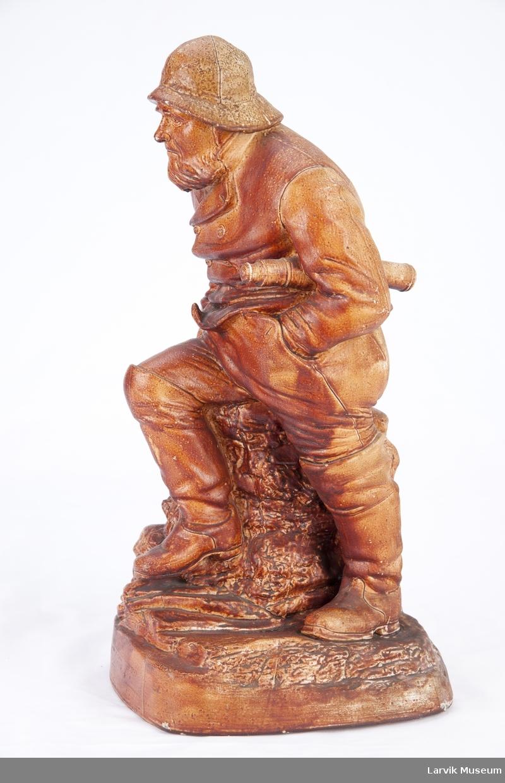 Statuett av los på utkikk.