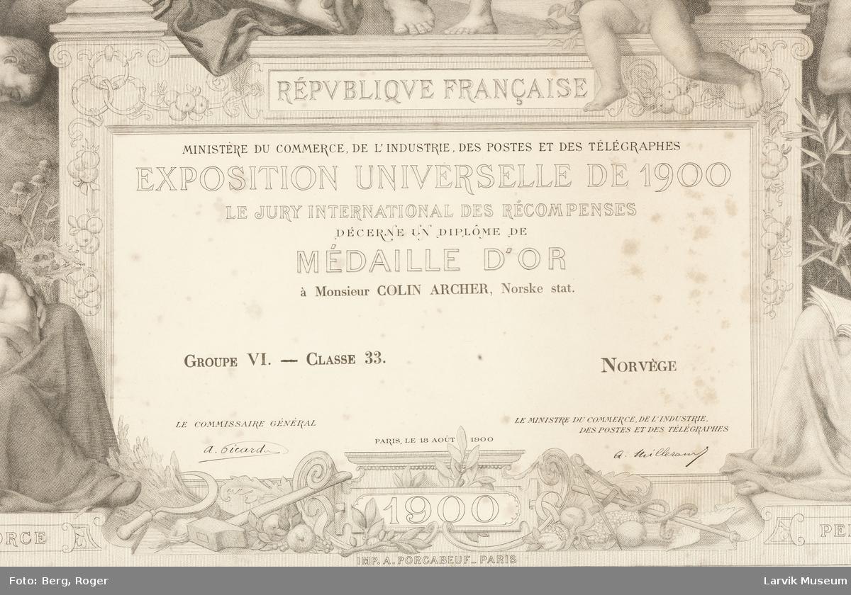 Colin Archers diplom for gullmedalje på Verdensutstillingen i Paris 1900. Rikt dekorert med antikke motiv.