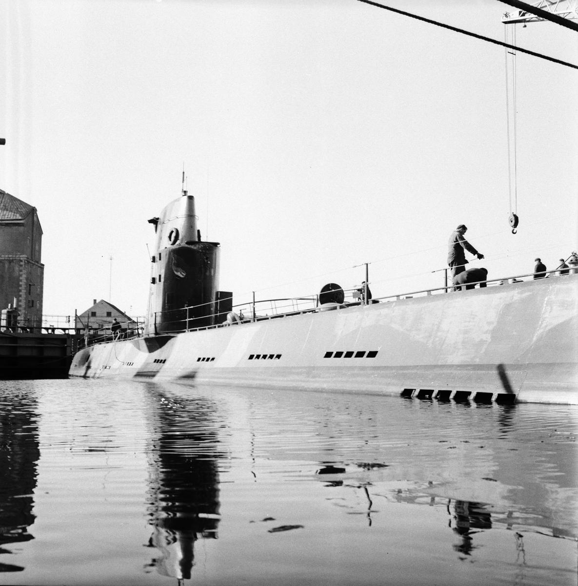 """Fartyg: VALEN                           Rederi: Kungliga Flottan, Marinen Övrigt: Foto datum: 27/2 1957 Byggnader och kranar Bilder till """"Varvet runt"""" ubåten valen"""
