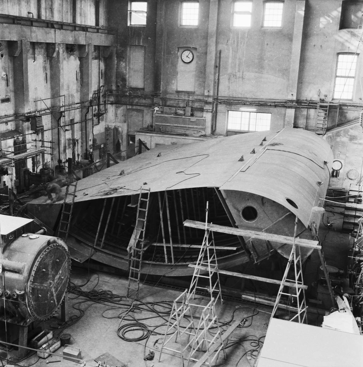 Övrigt: Foto datum: 11/8 1958 Byggnader och kranar Våg och vatten (port) i arbete. Närmast identisk bild: V14731, ej skannad