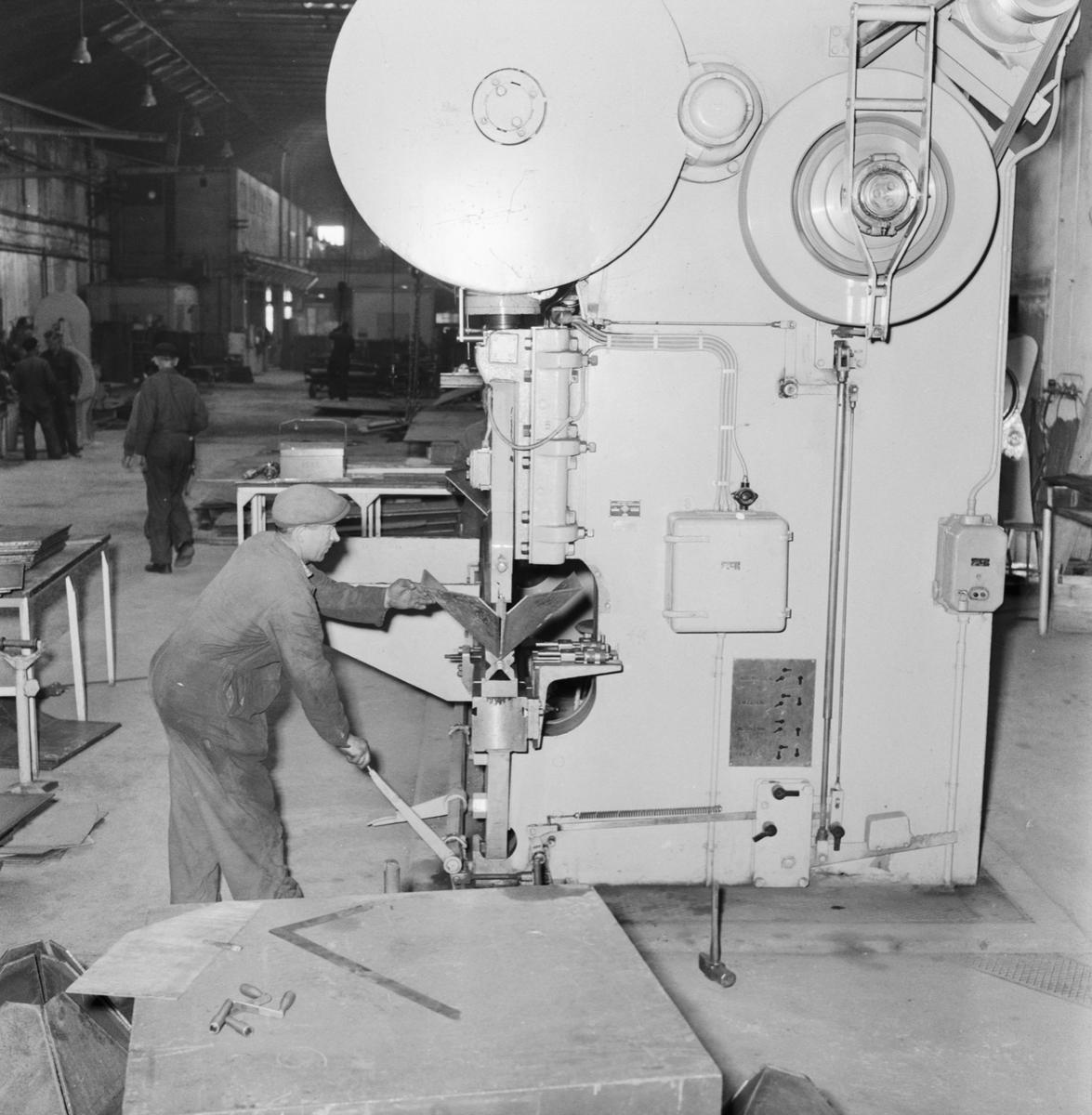 """Övrigt: Foto datum: 1/11 1958 Byggnader och kranar """"Varvet runt"""" Bilder från verkstad interiör"""