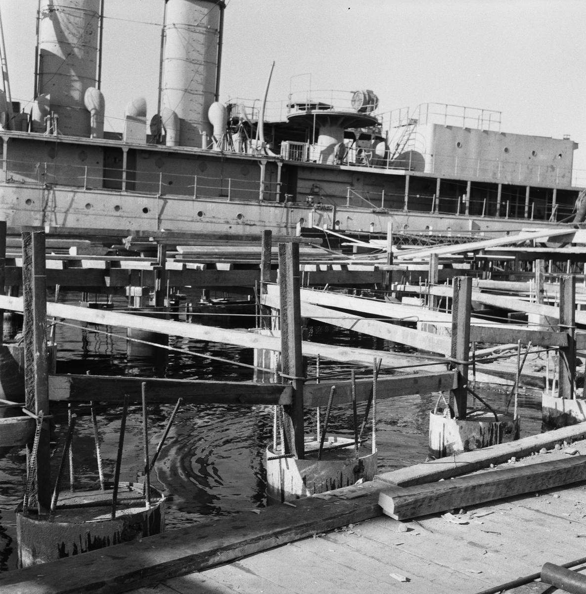 Övrigt: Fotodatum:9/3 1959 Byggnader och Kranar. Nya utrustningspiren under byggnad.