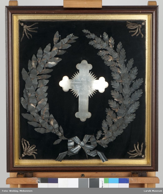 """Kors med sølvkrans rundt. Innskrift på korset: """"Fra Hvalbaat og kokerimanskaper på Sir James Clarc Ross til BESTYRER C.A. LARSEN MED Tak for Godt Samarbeide."""""""