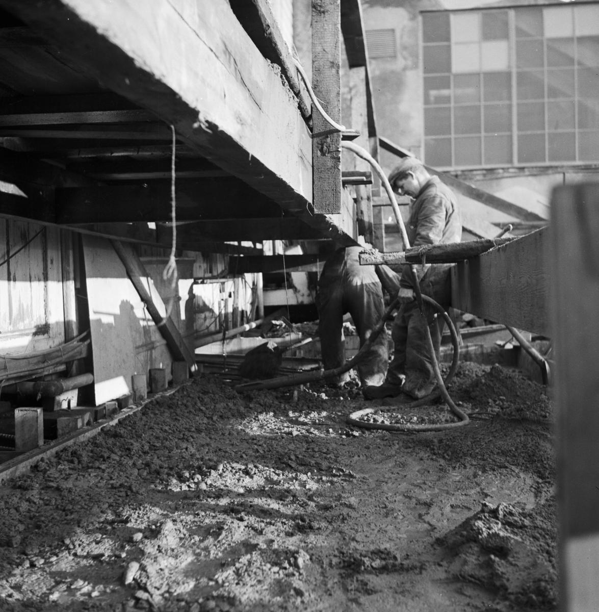 Övrigt: Foto datum: 25/11 1950 Byggnader och kranar Avlöpningsbädden under byggnad. Närmast identisk bild: V2212, ej skannad